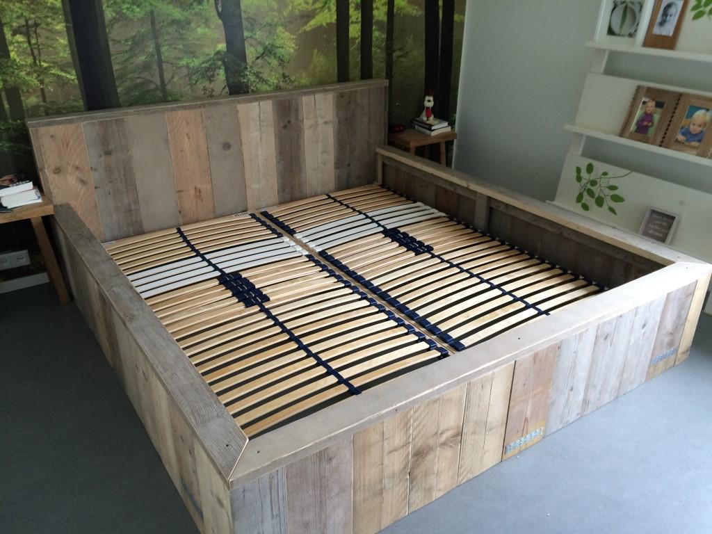 Slaapkamer hout in de kop - Eigentijdse nachtkastje ...
